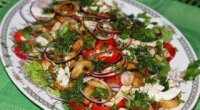 Салат з курячою грудкою і печерицями: рецепти