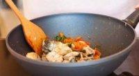 Скумбрія з овочами, тушкована на сковороді і в мультиварці