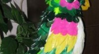 Ідеї для прикраси будинку й саду: папуга з пластикових пляшок