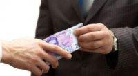 Якою рукою треба брати гроші, а якою віддавати?