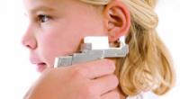 Чим слід обробляти вуха дитині після проколювання, і як правильно це робити?