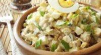 Смачний салат з курки з кукурудзою, грибами, помідорами – рецепти
