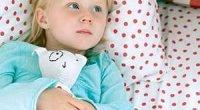 Чому ваша дитина писяється вночі: причини й рішення