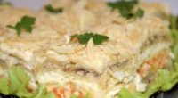 Як приготувати салат Наполеон з коржів з різними начинками?