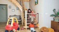 Ворота безпеки для дітей на сходи