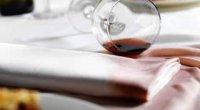 Як вивести стару пляму від червоного вина