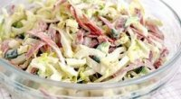 Салат з пекінською капустою, куркою і сухариками