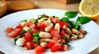 Салат з консервованої білої квасолі і куркою
