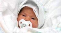 Як одягати новонародженого на прогулянку, щоб він не змерз і не перегрівся?