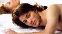 Чоловік-овен в ліжку
