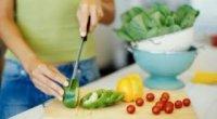 Свіжі та солоні огірки і помідори при годуванні грудьми