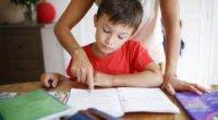 Чи допомагати дитині робити уроки?