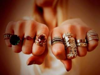 У більшості випадків прикраса на великому пальці одягається як повторення  побаченого у фільмі або на вулиці. Також іноді одягається кільце з-за того ea524da15f16b