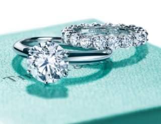 Сьогодні молоді люди несуть своїм нареченим кільця з діамантами 77ed56979bf3b