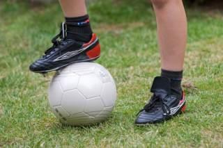 c903b6ca99befe Фахівці рекомендують купувати шкіряне спортивне взуття, яка досить щільно  сидить на нозі, адже з часом вона обов'язково потягнеться. Але хочеться, щоб  вона ...